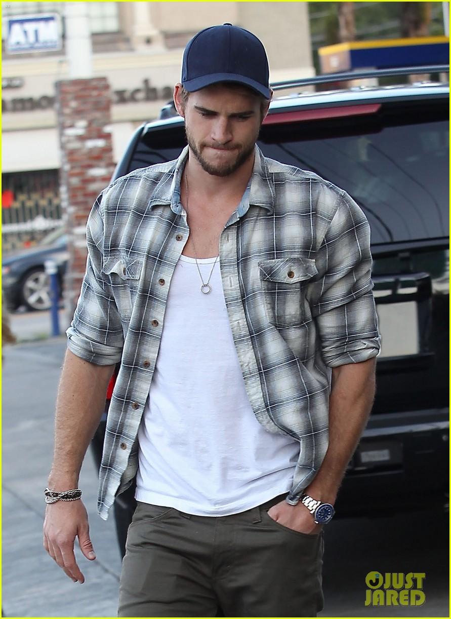 liam hemsworth lunch gas station stop 042815206