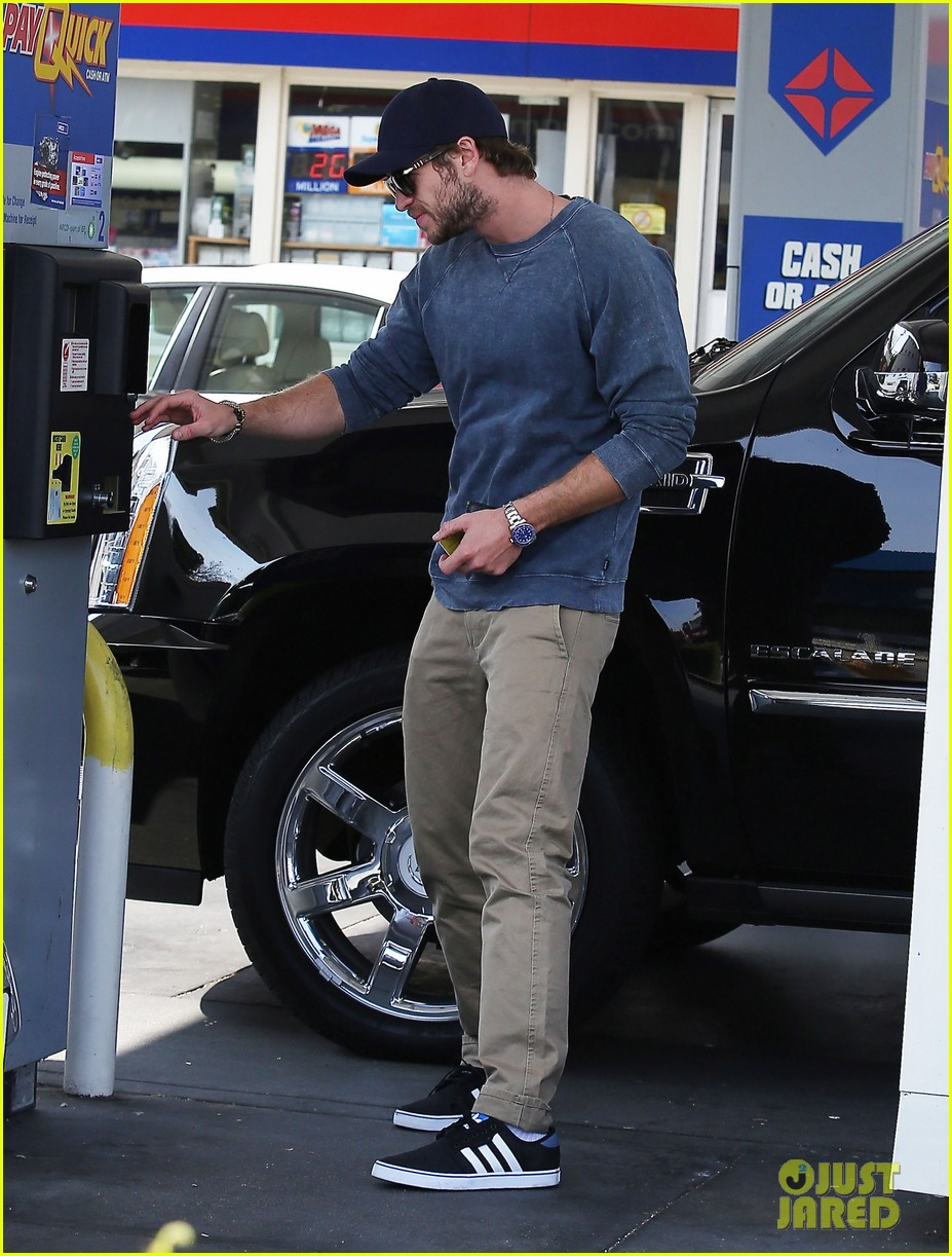 liam hemsworth lunch gas station stop 062815208