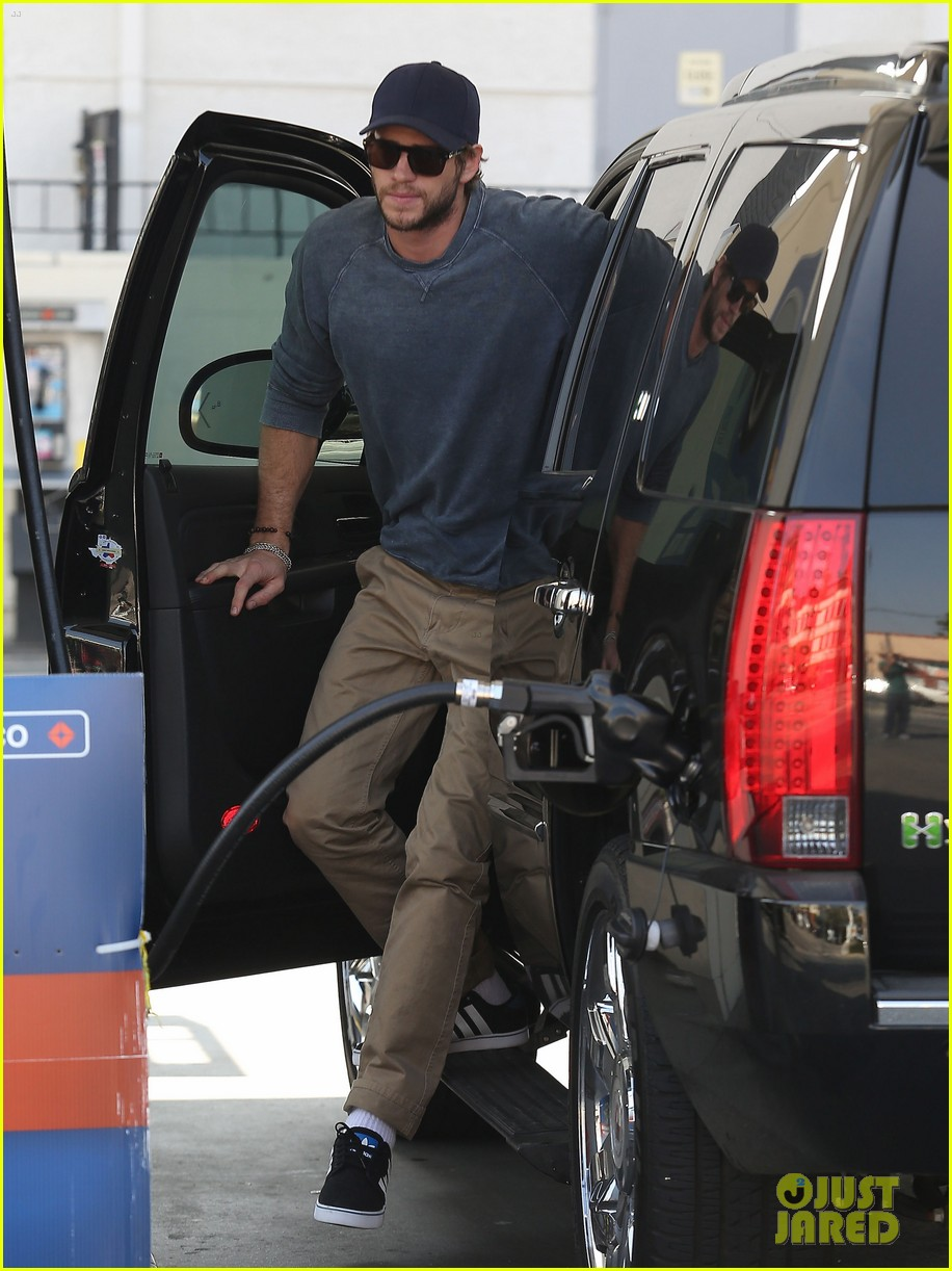 liam hemsworth lunch gas station stop 092815211