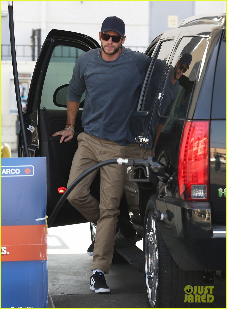 liam hemsworth lunch gas station stop 102815212