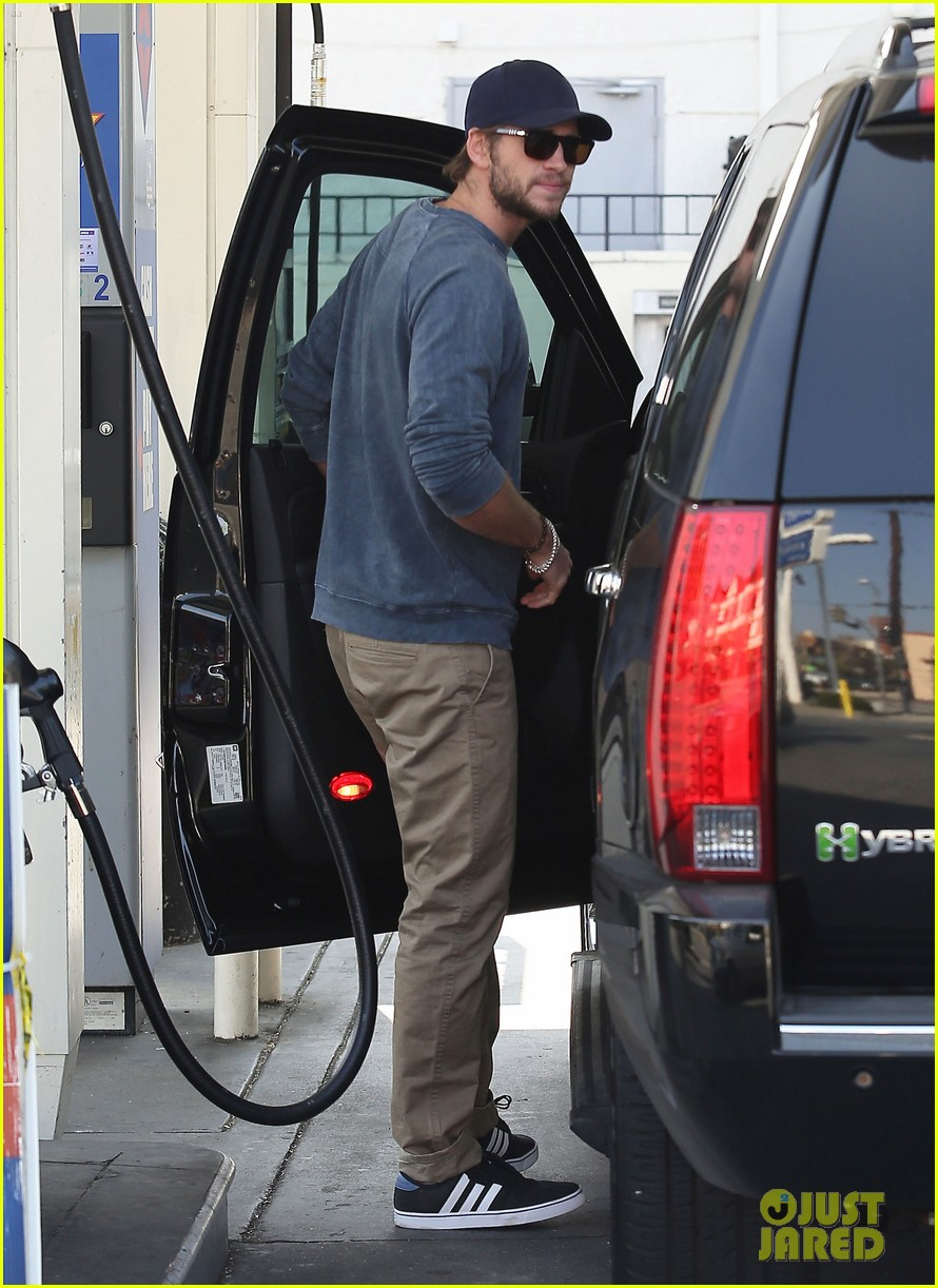 liam hemsworth lunch gas station stop 132815215