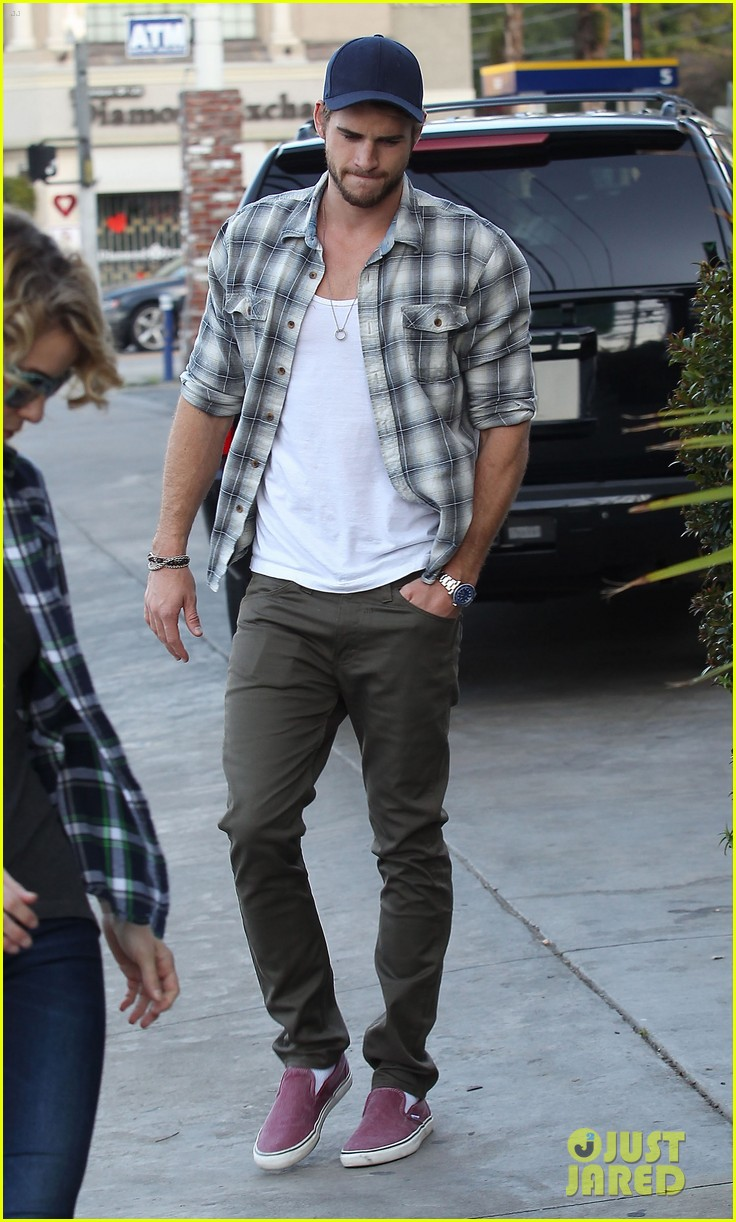 liam hemsworth lunch gas station stop 142815216