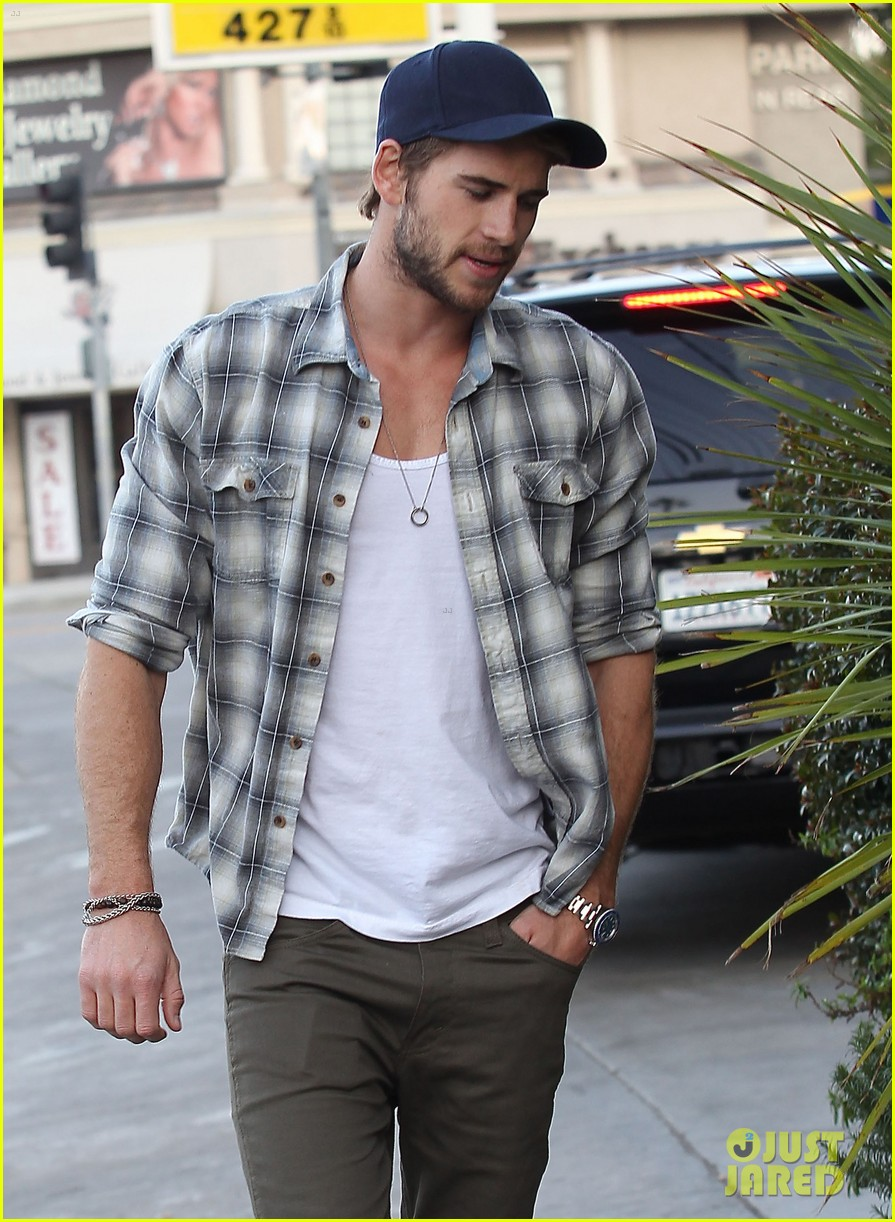 liam hemsworth lunch gas station stop 152815217
