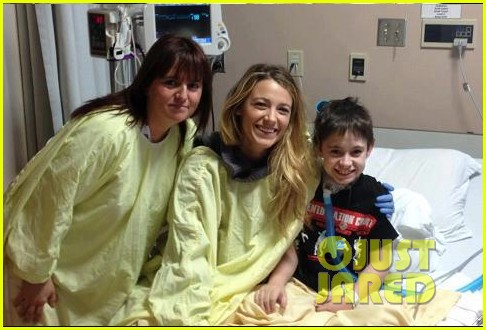 blake lively ryan reynolds visit sick children in hospital 06