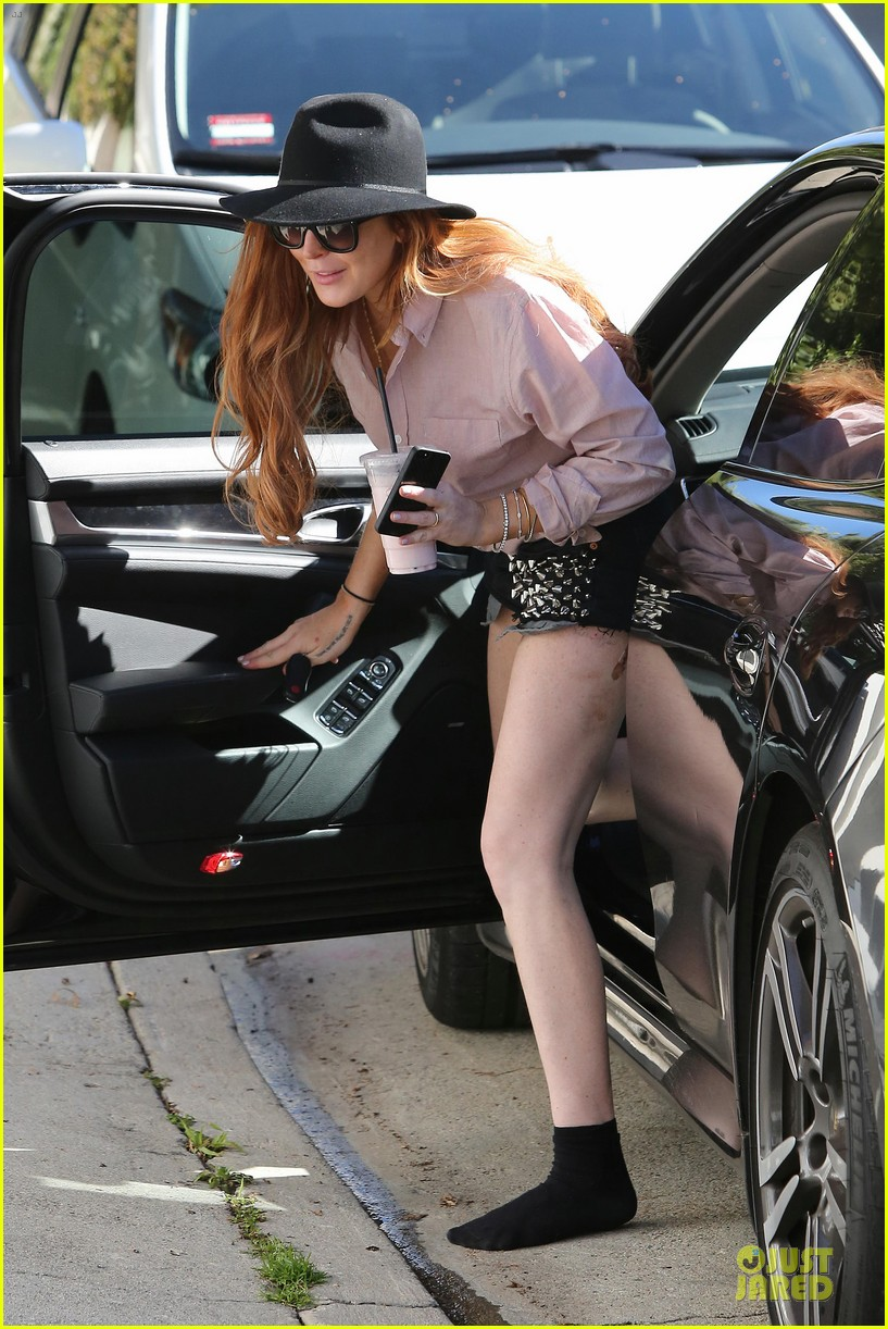 lindsay lohan shoeless after court appearance 112802805