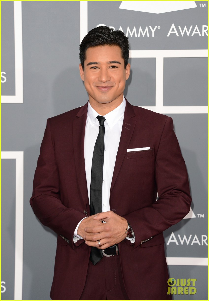 mario lopez maria menounos grammys 2013 red carpet 06