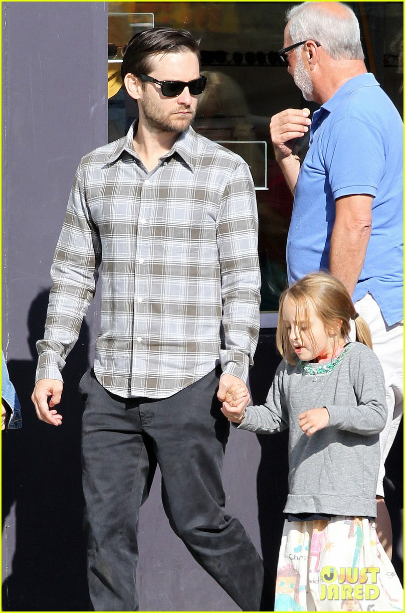 tobey maguire brunch with the family 052814440