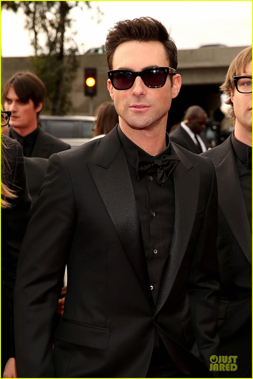 maroon 5 grammys 2013 red carpet 02
