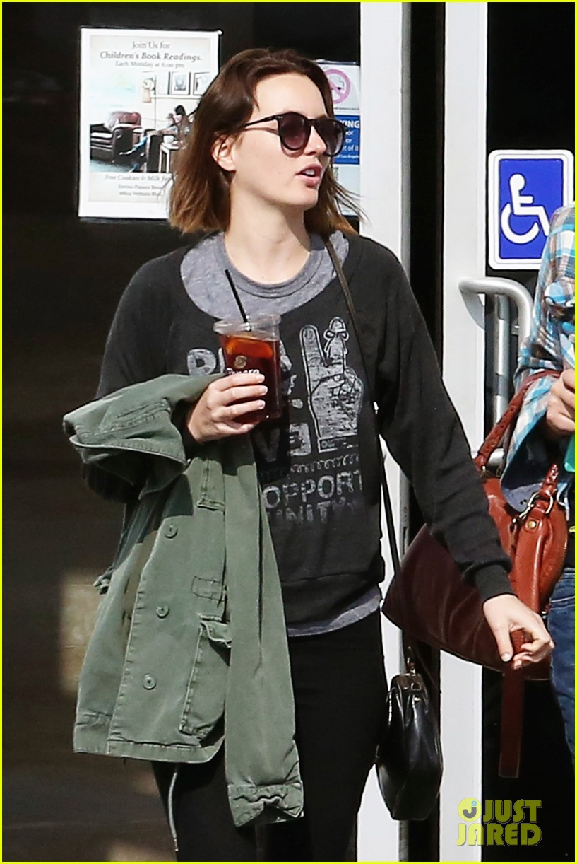 leighton meester lunches after night with adam brody 042805951
