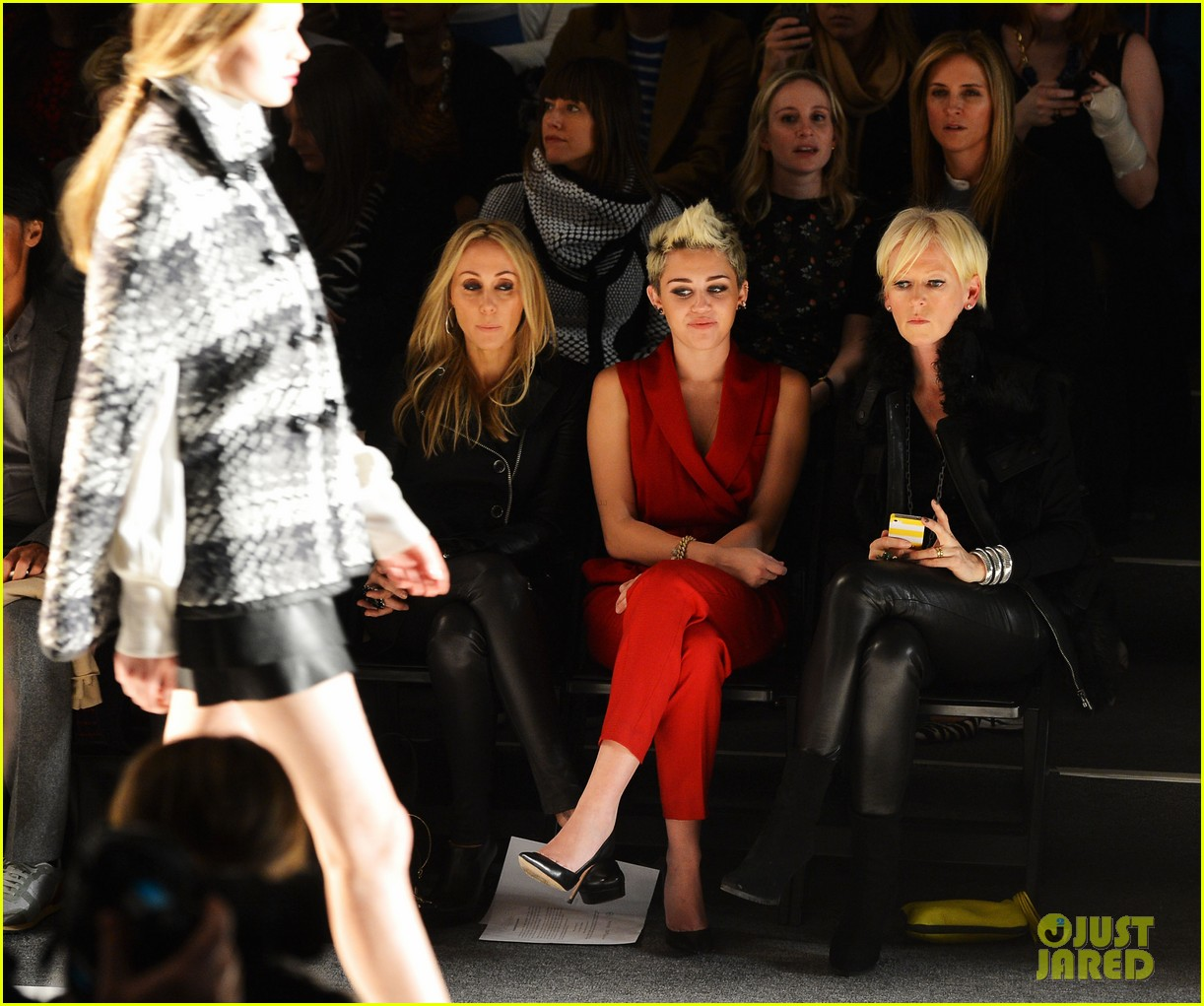 miley cyrus rachel zoe fashion show with mom tish 02