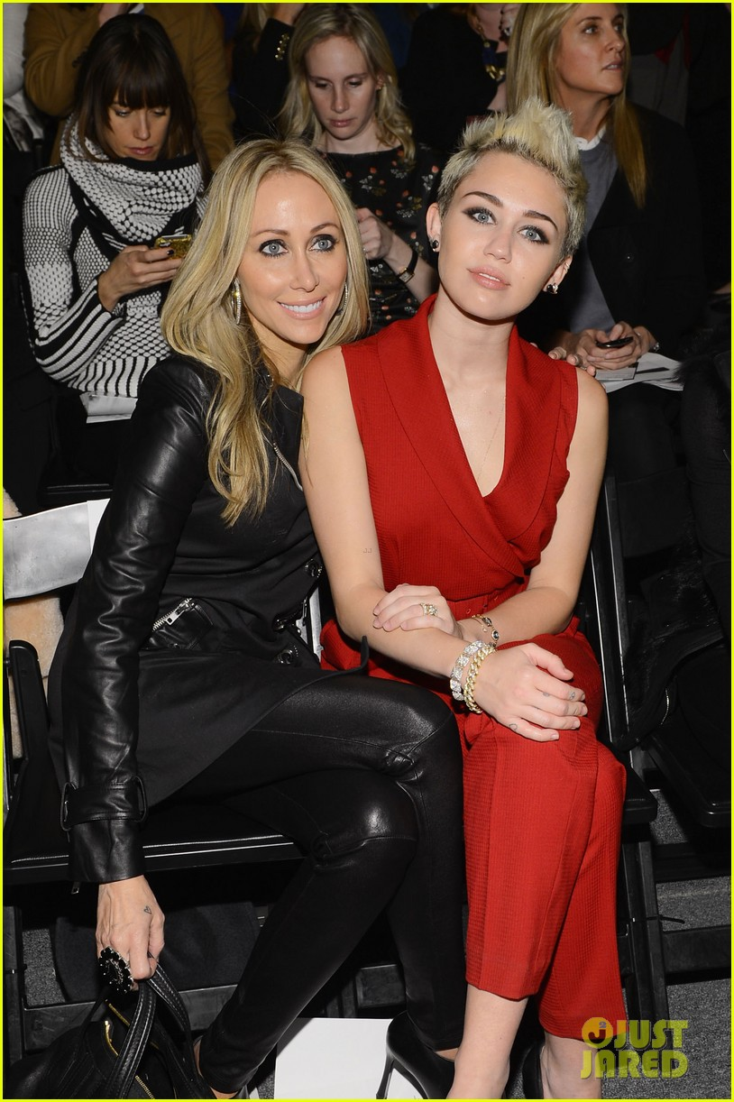 miley cyrus rachel zoe fashion show with mom tish 052811462