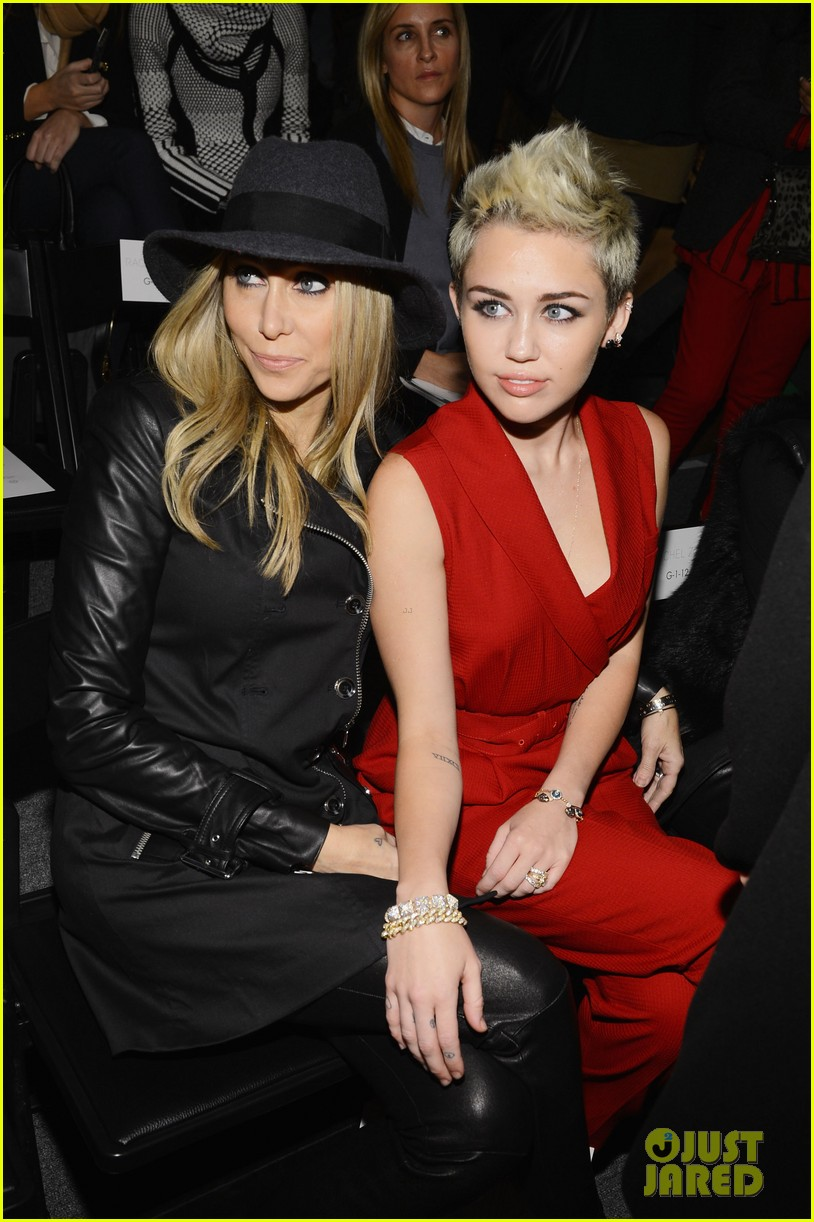 miley cyrus rachel zoe fashion show with mom tish 19