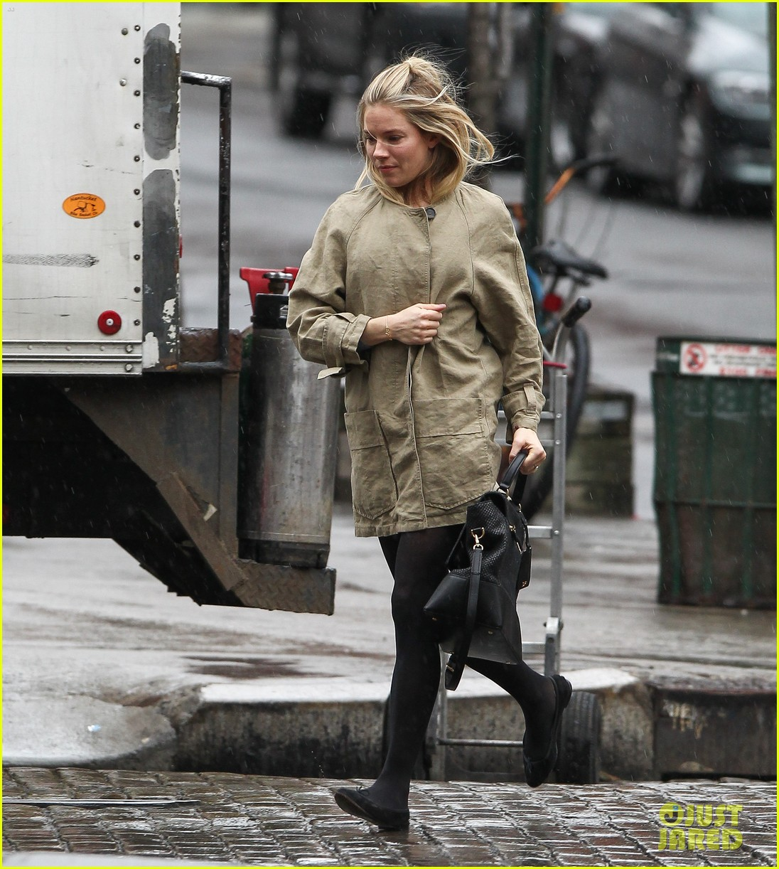 sienna miller runs in the rain 012815675