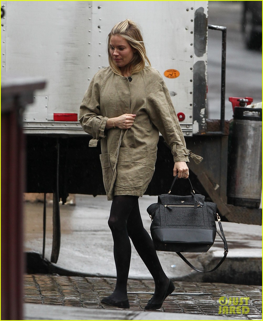 sienna miller runs in the rain 042815678