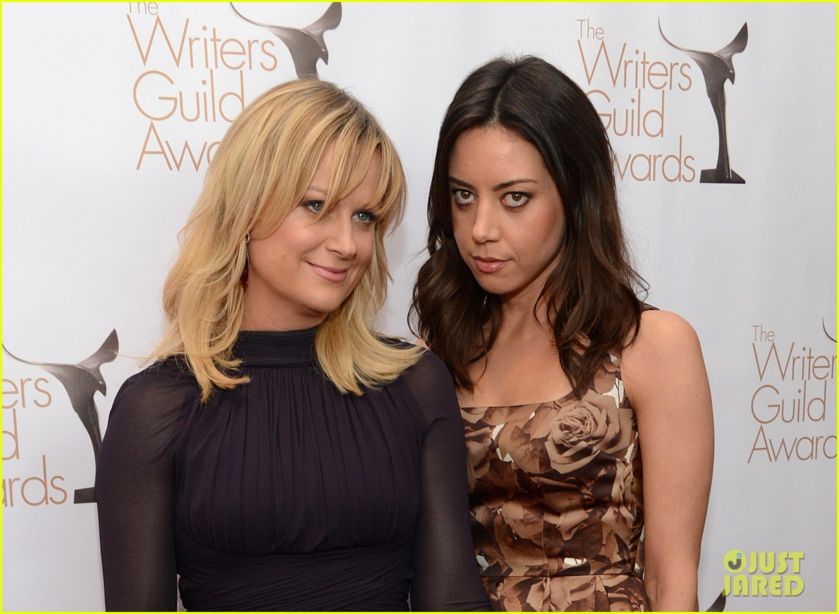 mindy kaling amy poehler writers guild awards red carpet 2013 02