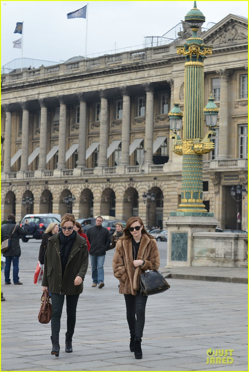 chloe moretz eiffel tower tour with mother teri 012821456