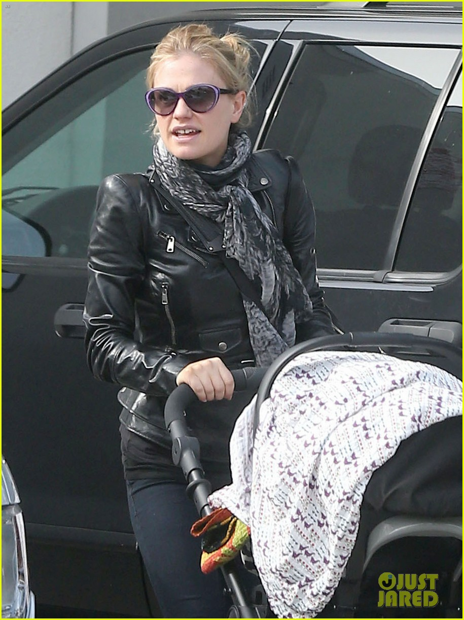 anna paquin shopping with one of her twins 02