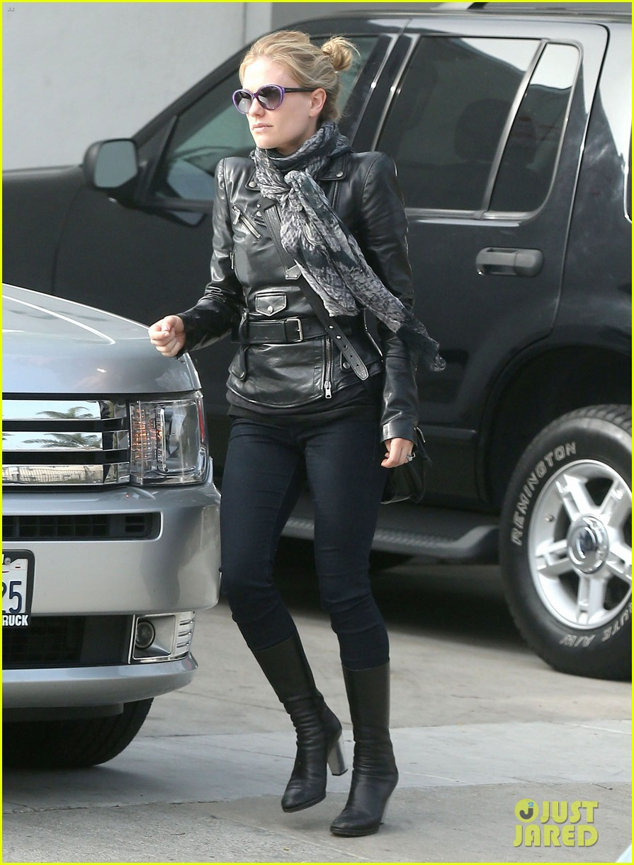 anna paquin shopping with one of her twins 21