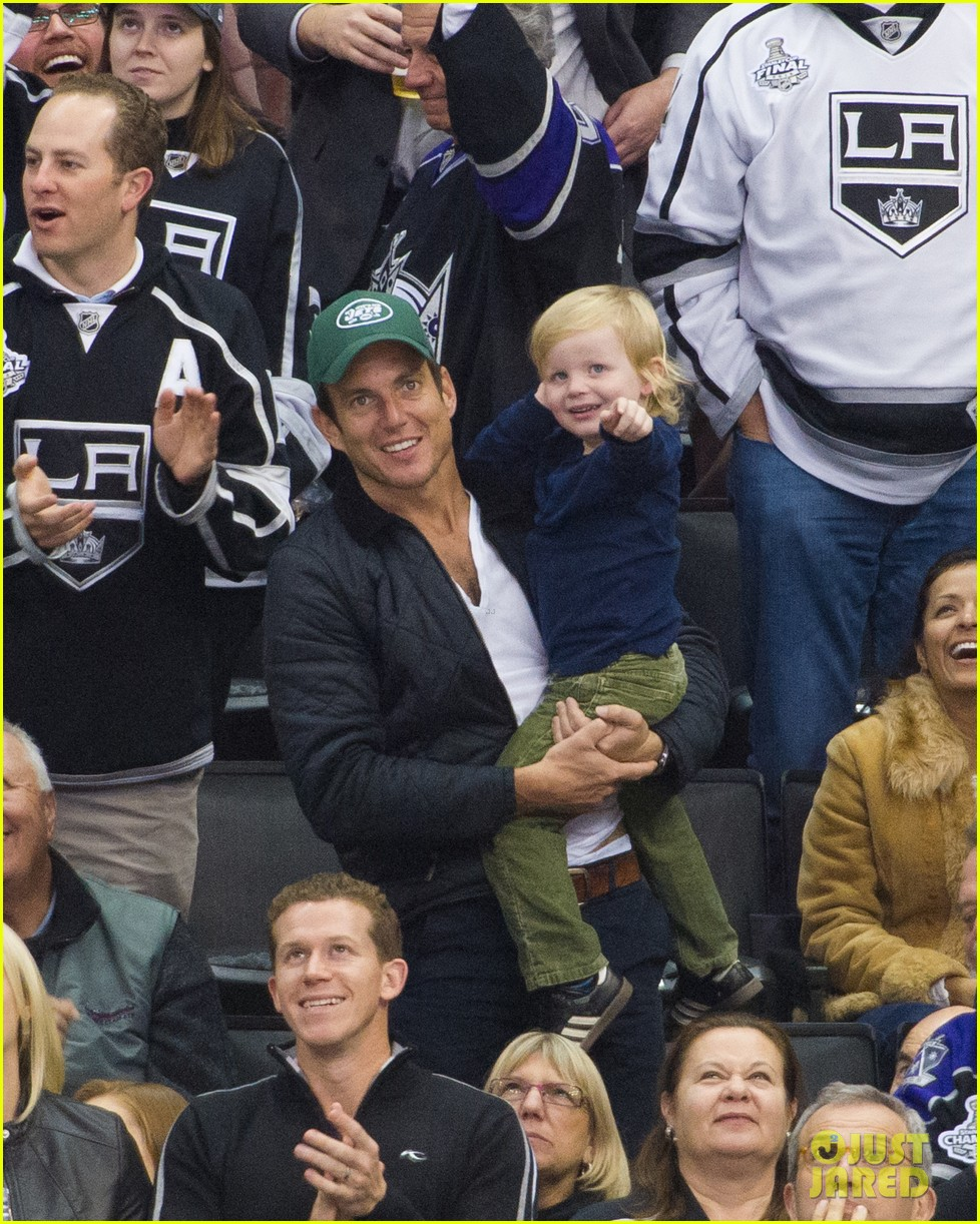 amy poehler grabs sushi will arnett archie cheer on kings 032802627