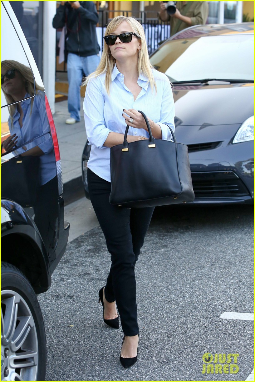 reese witherspoon post lunch shopping trip 052806443