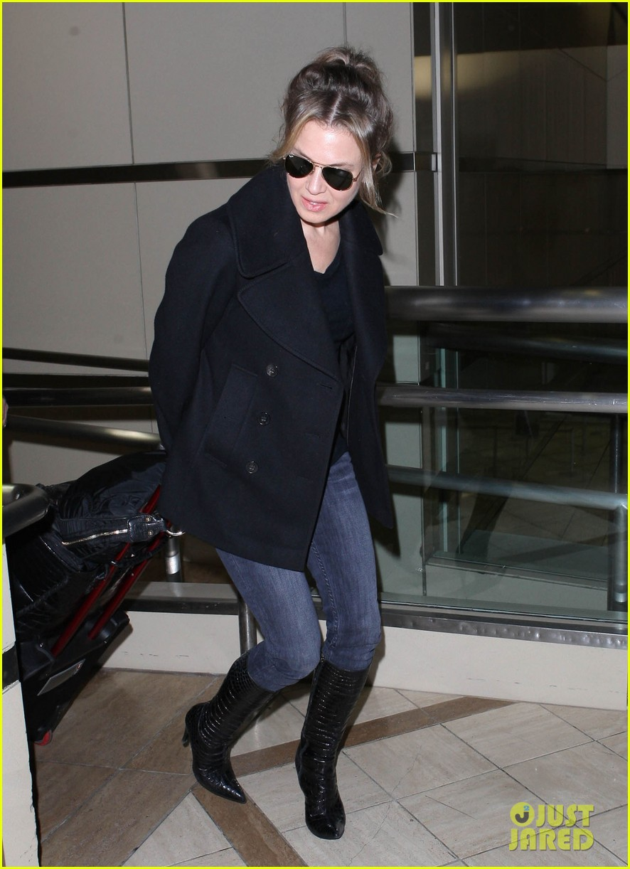 renee zellweger departs lax after chicago cast oscar news 09