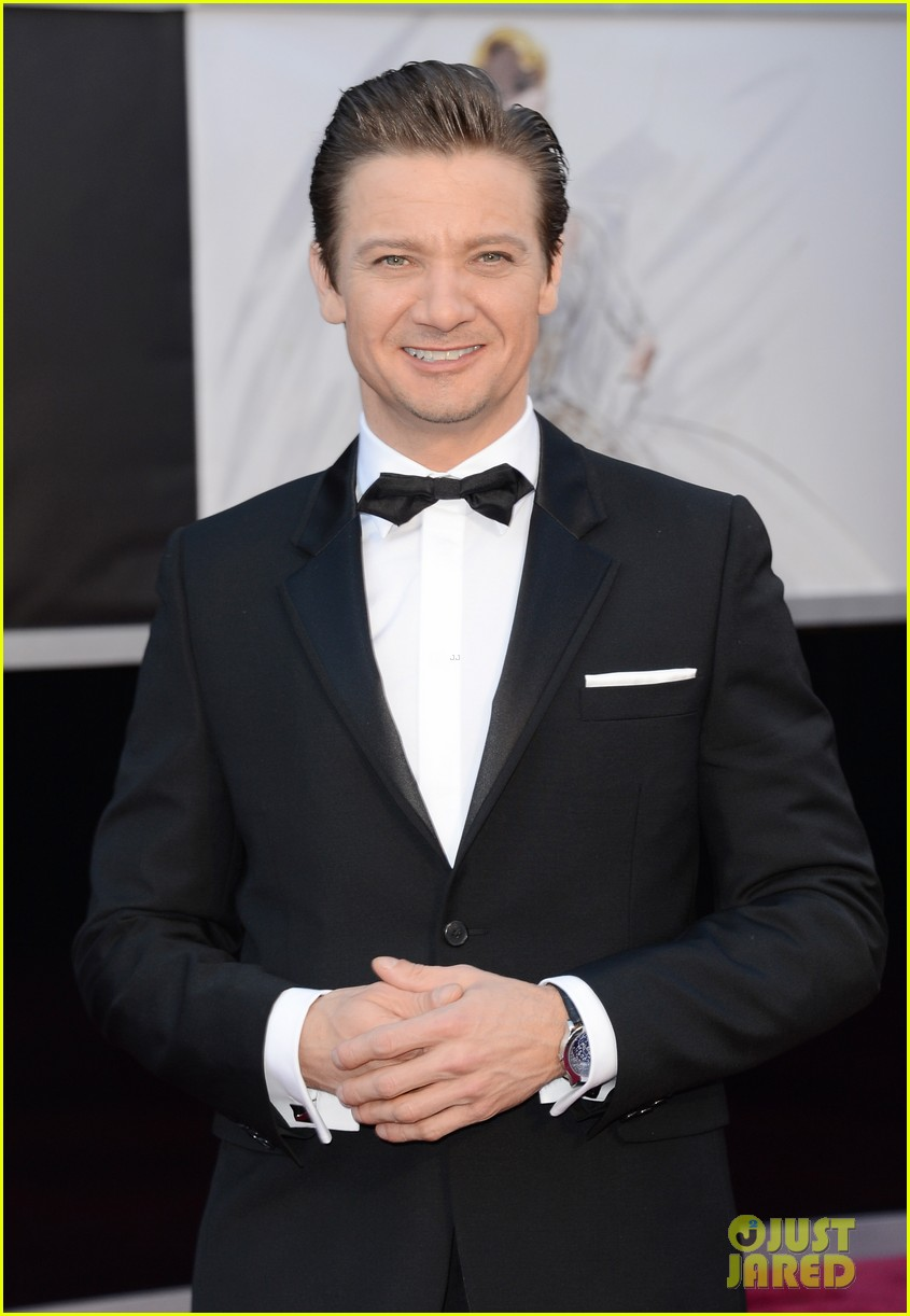 jeremy renner oscars 2013 red carpet 02