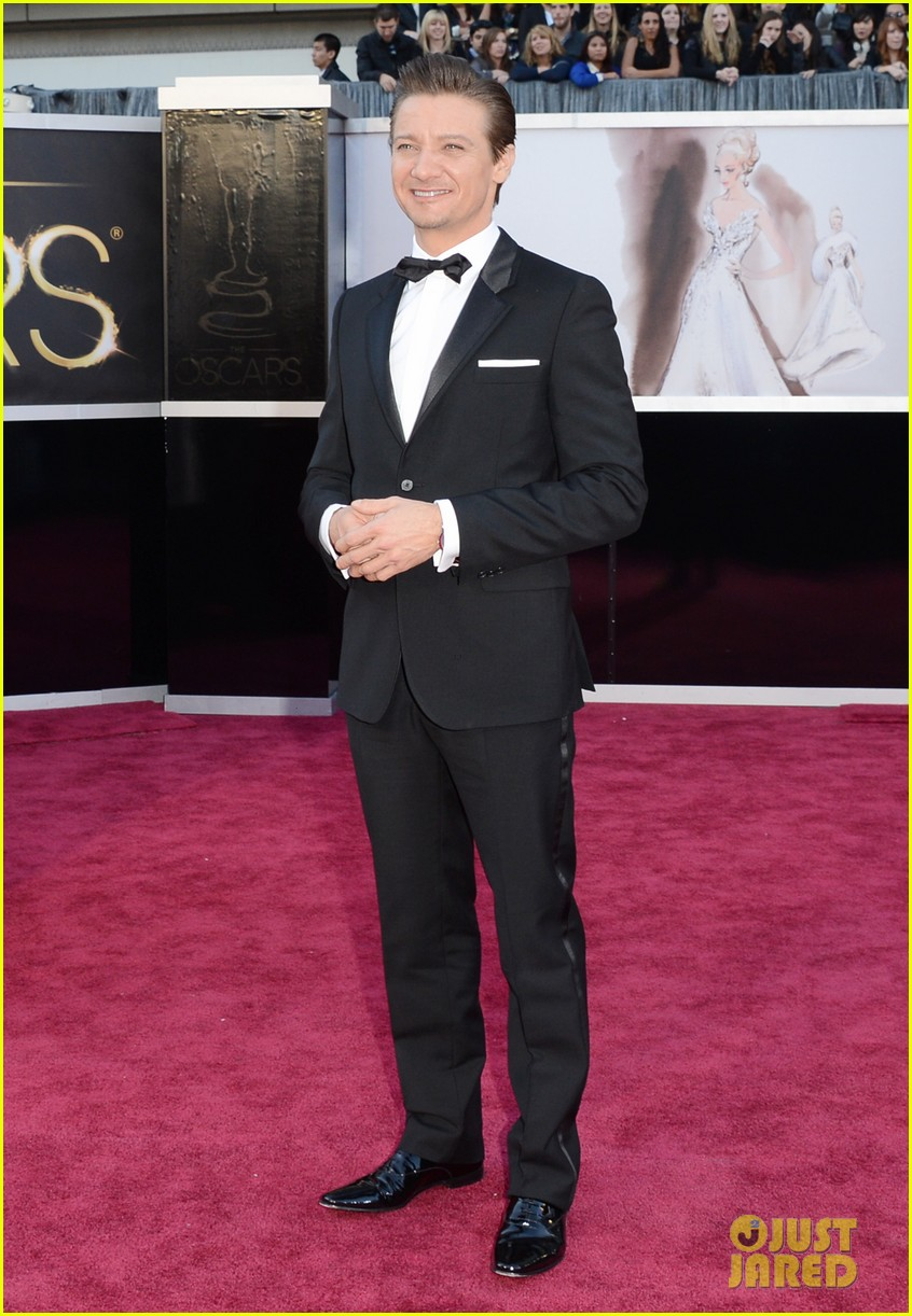 jeremy renner oscars 2013 red carpet 032819222