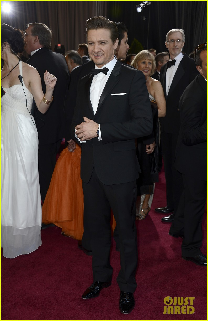 jeremy renner oscars 2013 red carpet 052819224