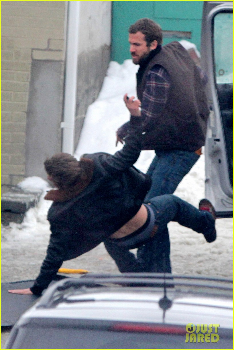 ryan reynolds punches scott speedman on queen of the night set 022811423
