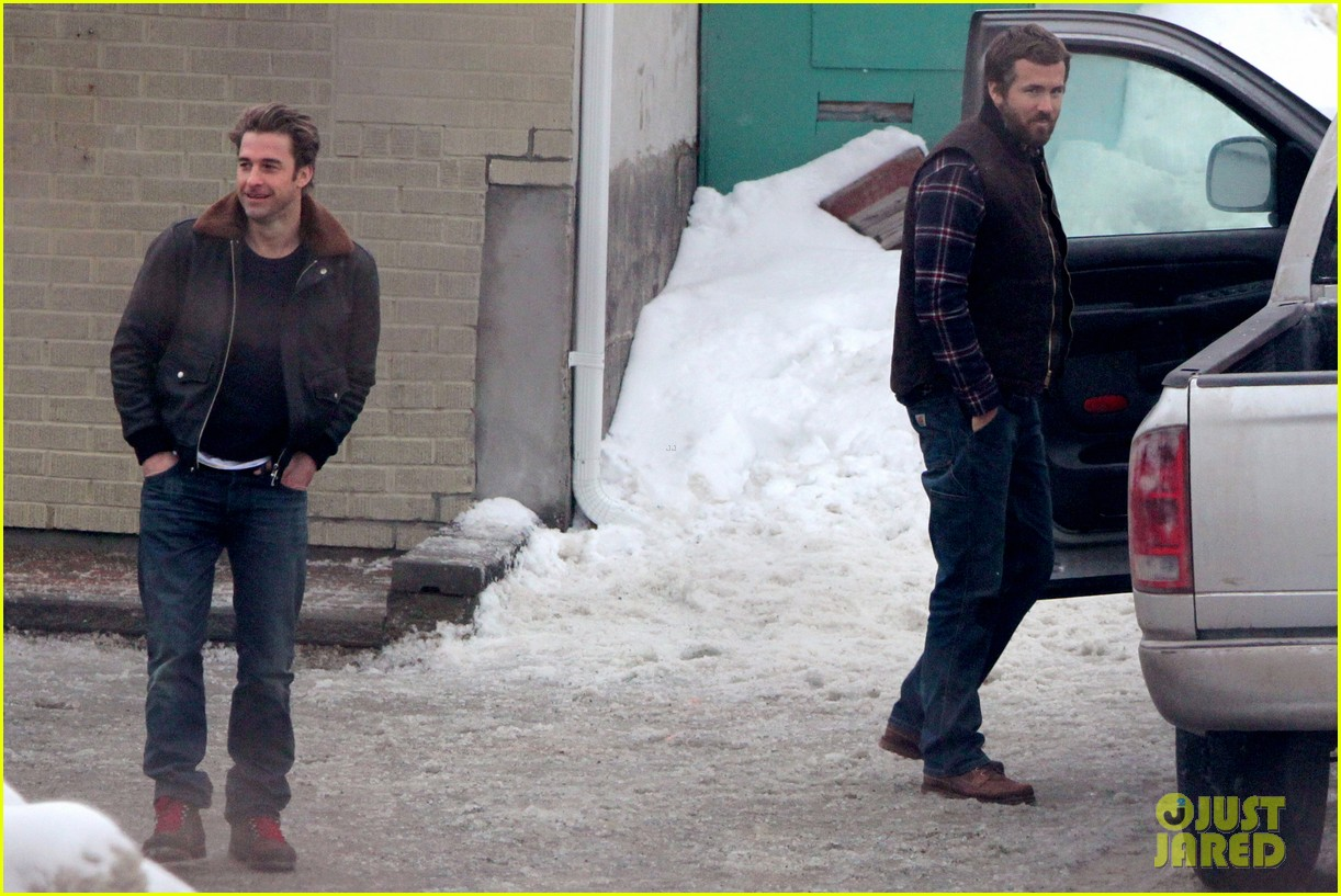 ryan reynolds punches scott speedman on queen of the night set 09