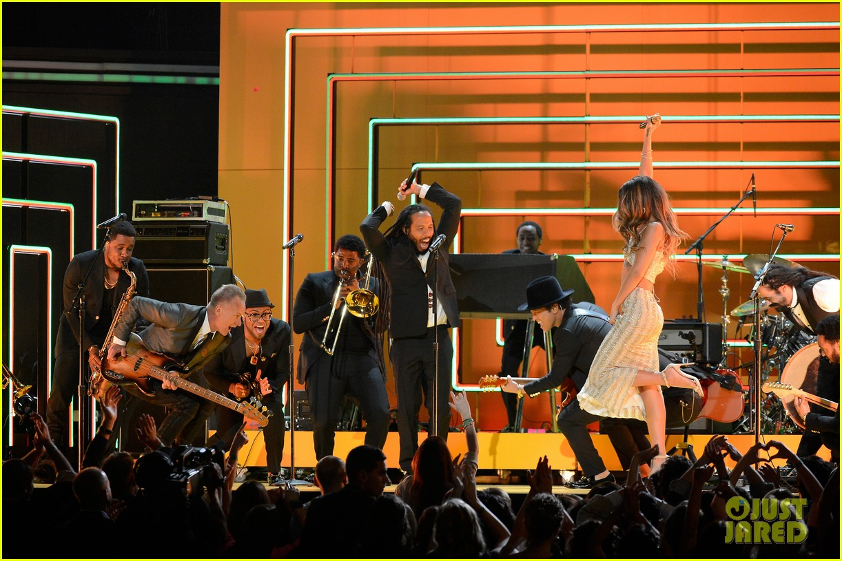 rihanna bob marley tribute at grammys 2013 watch now 042809556