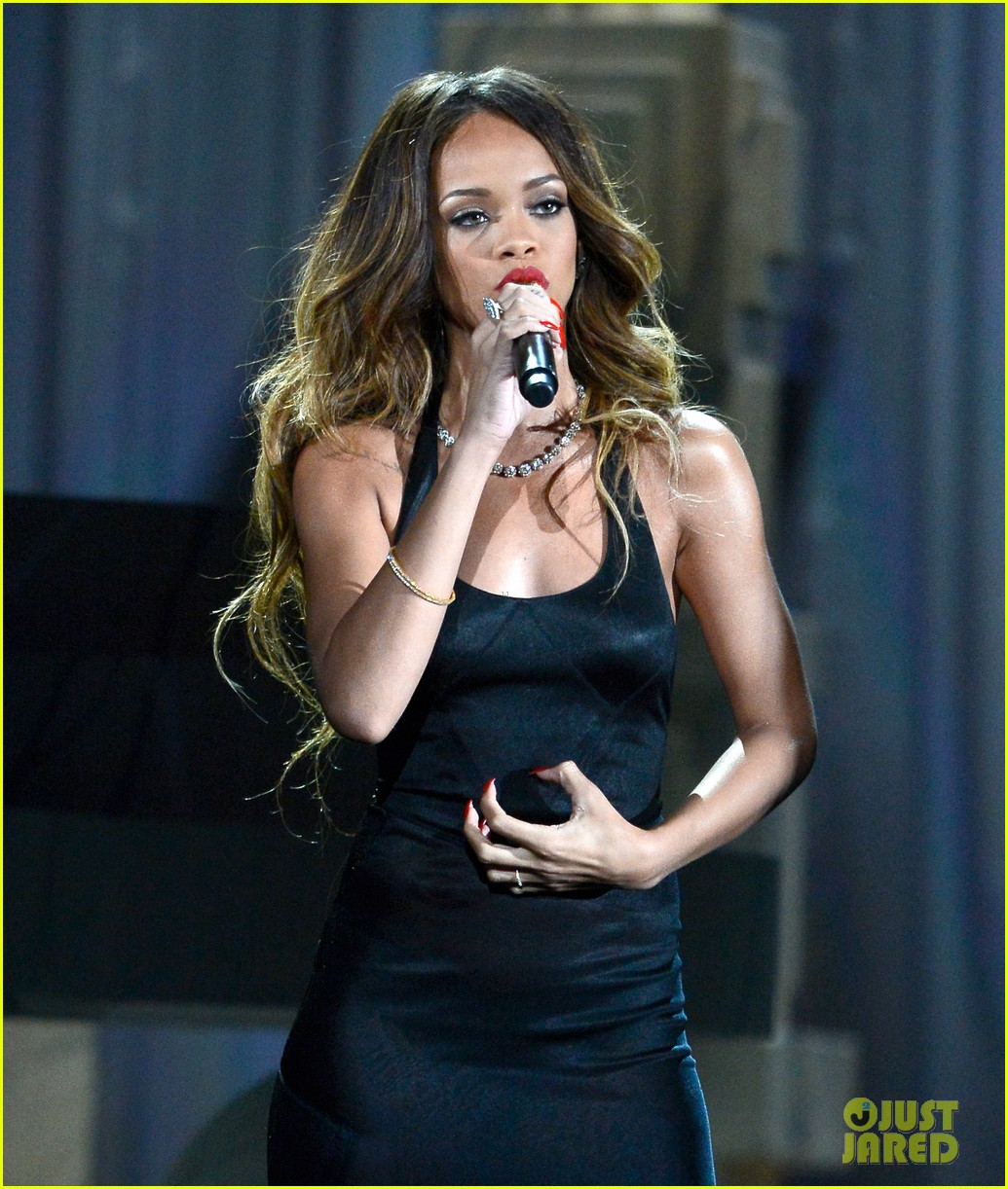 rihanna grammys 2013 performance of stay watch now 02