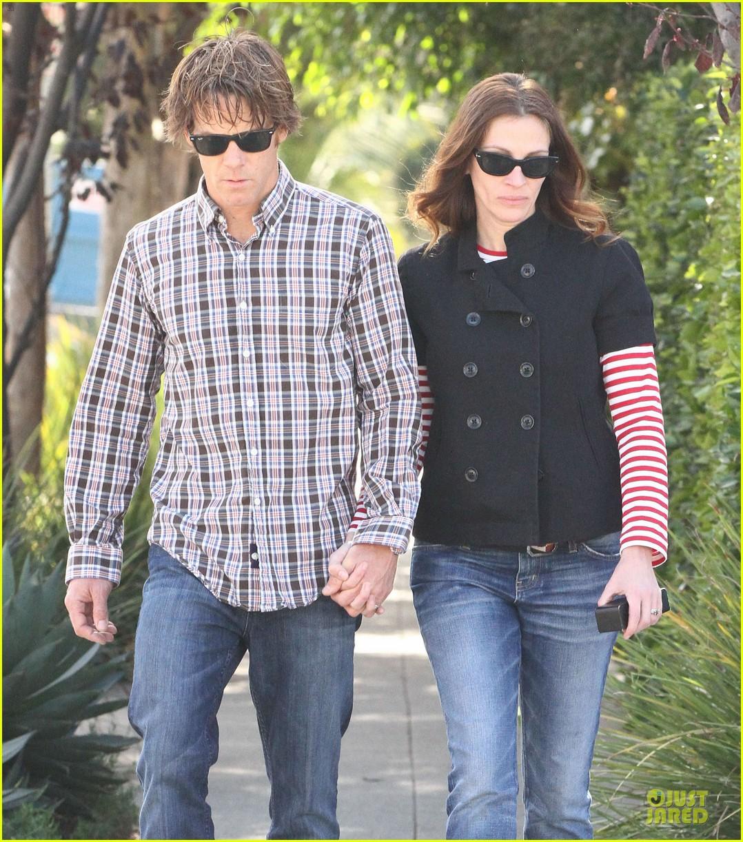 julia roberts danny moder hand holding santa monica couple 022813472