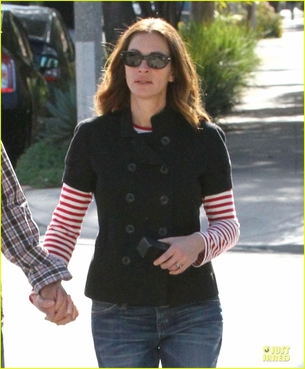 julia roberts danny moder hand holding santa monica couple 042813474