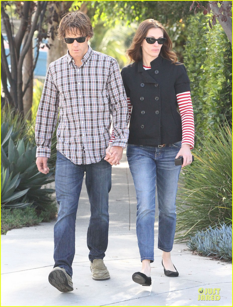 julia roberts danny moder hand holding santa monica couple 05