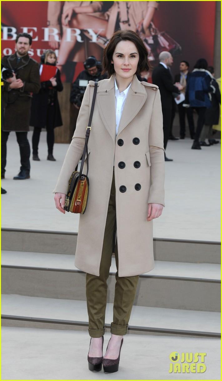 rosie huntington whiteley freida pinto burberry fashion show 012814512