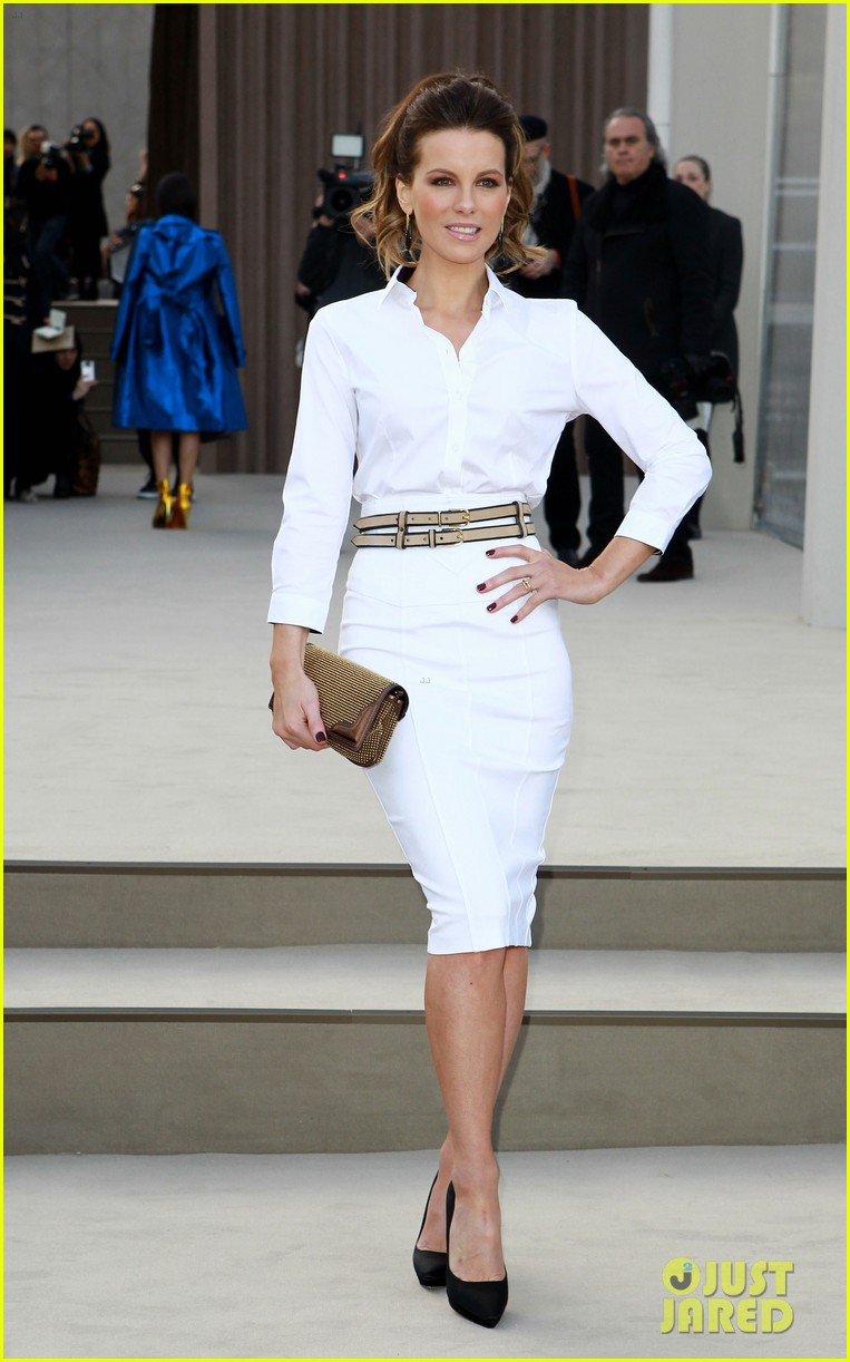 rosie huntington whiteley freida pinto burberry fashion show 06