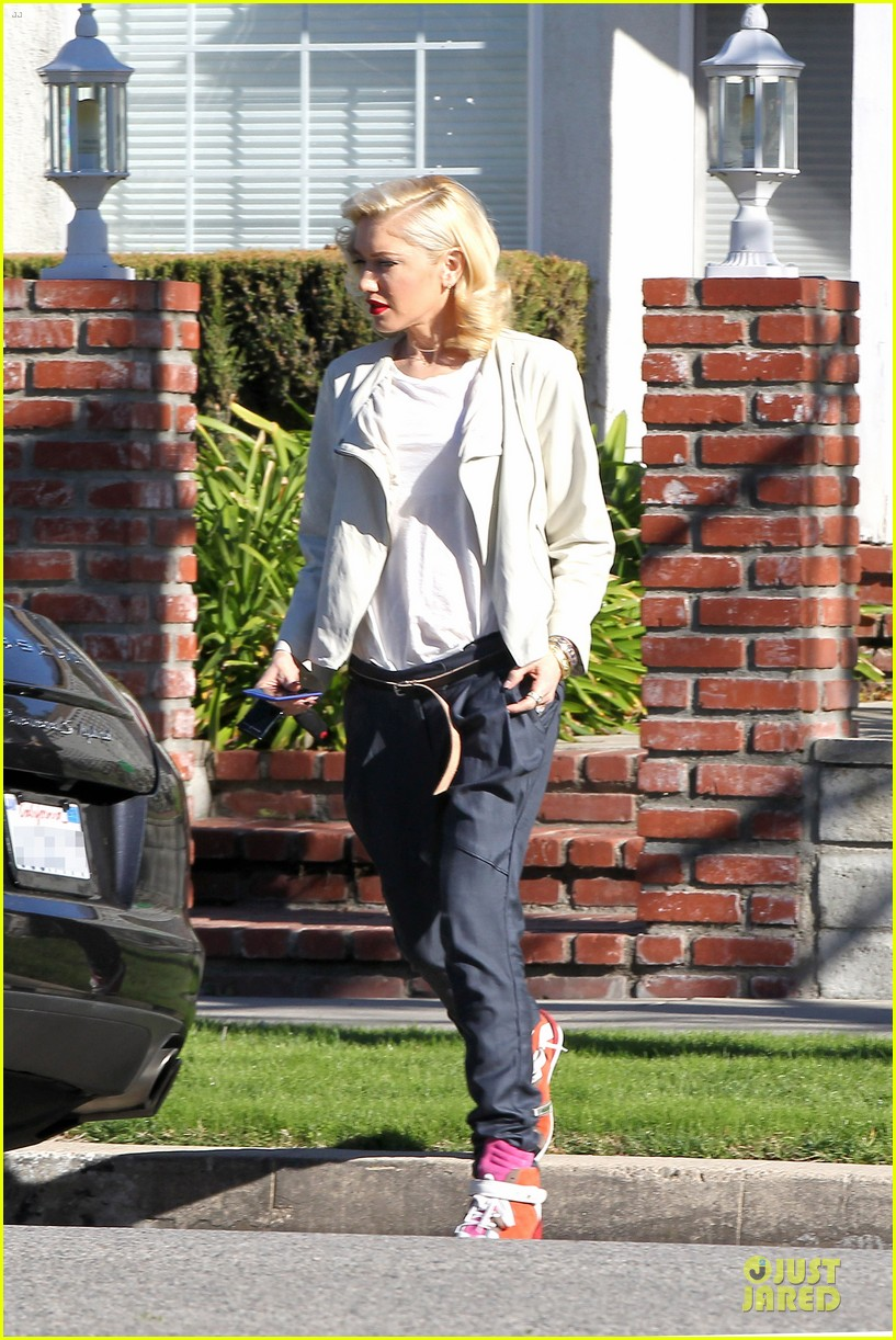 gwen stefani gavin rossdale scootering with the boys 012804903