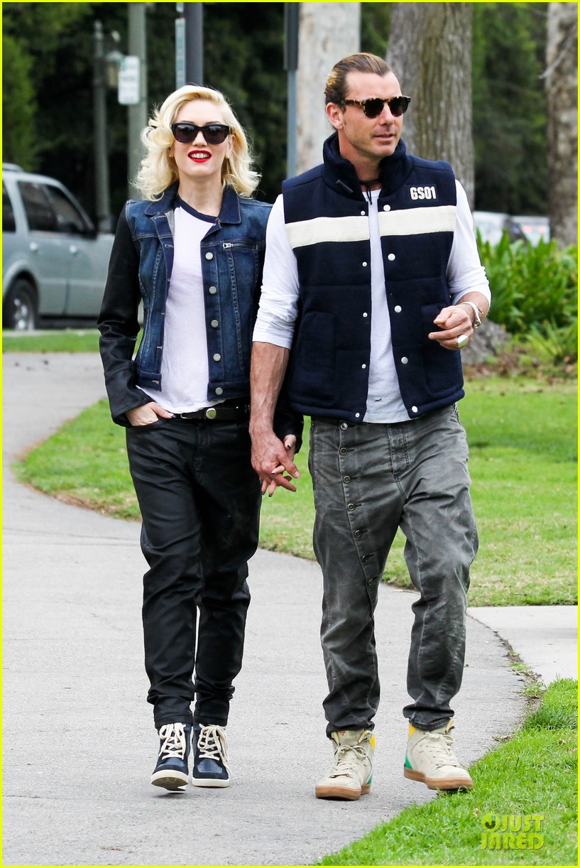 gwen stefani gavin rossdale scootering with the boys 032804905