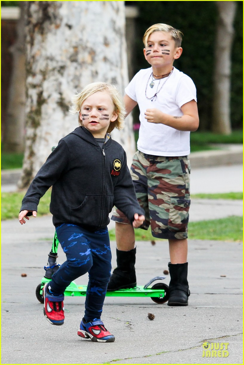 gwen stefani gavin rossdale scootering with the boys 052804907