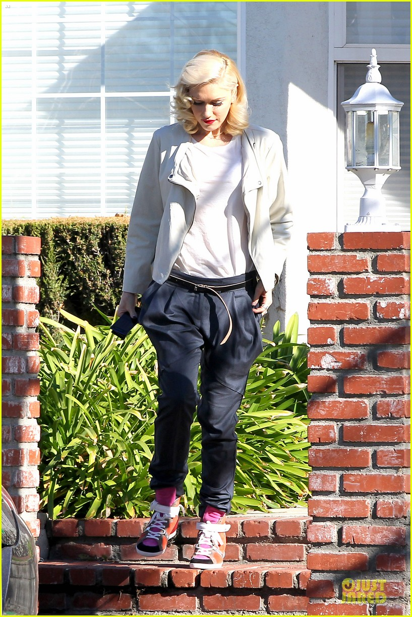 gwen stefani gavin rossdale scootering with the boys 102804912