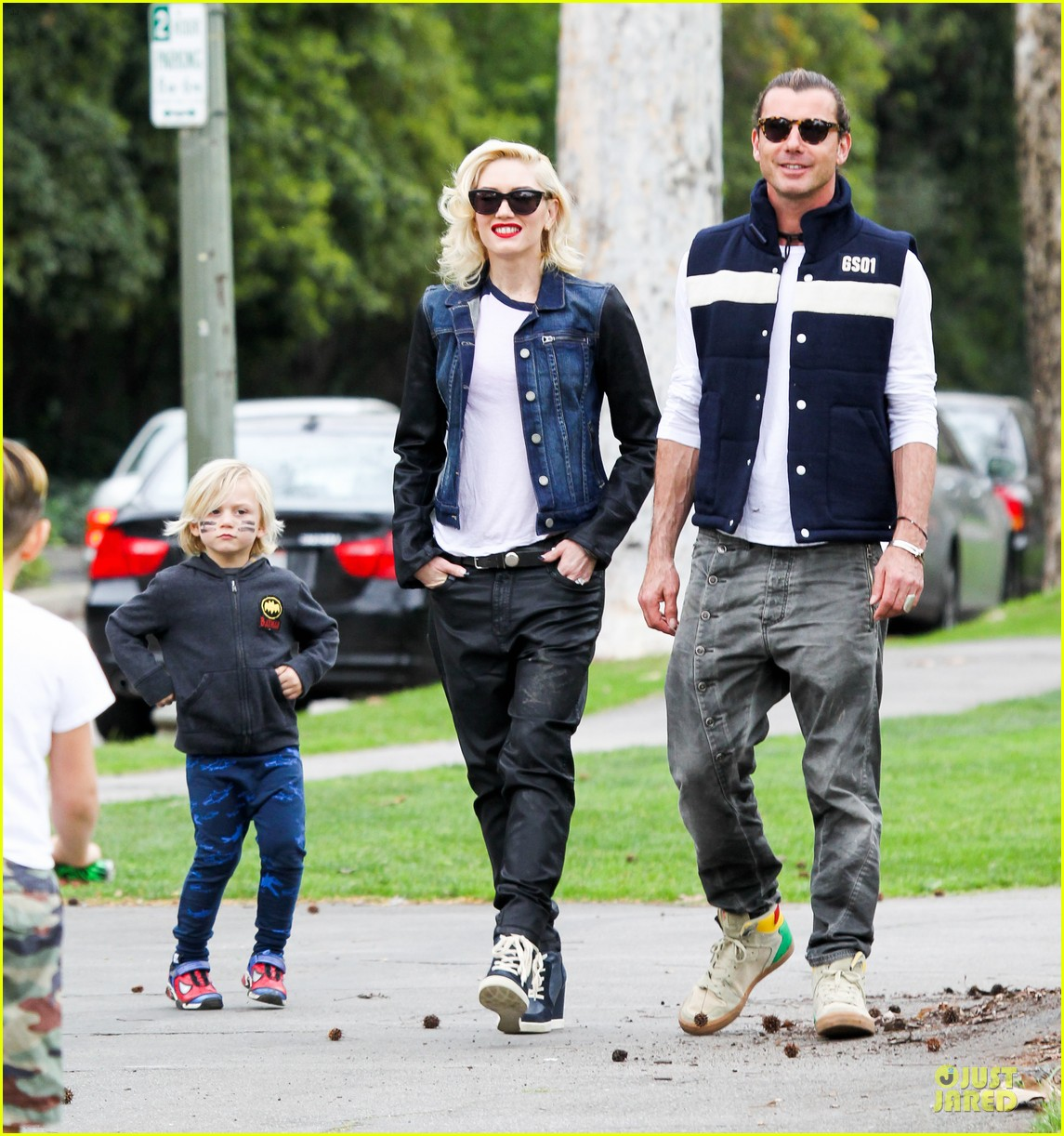 gwen stefani gavin rossdale scootering with the boys 112804913
