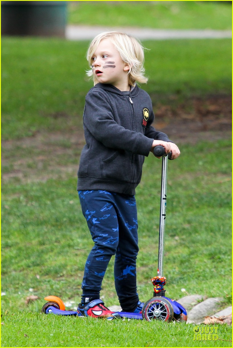 gwen stefani gavin rossdale scootering with the boys 13