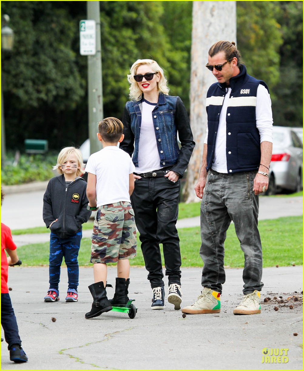 gwen stefani gavin rossdale scootering with the boys 182804920