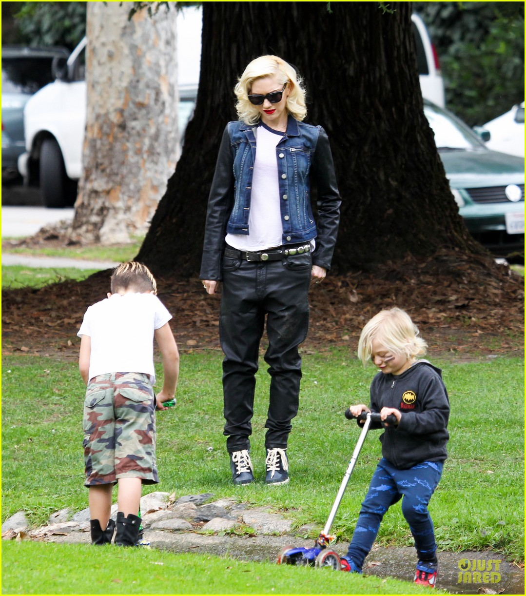 gwen stefani gavin rossdale scootering with the boys 192804921