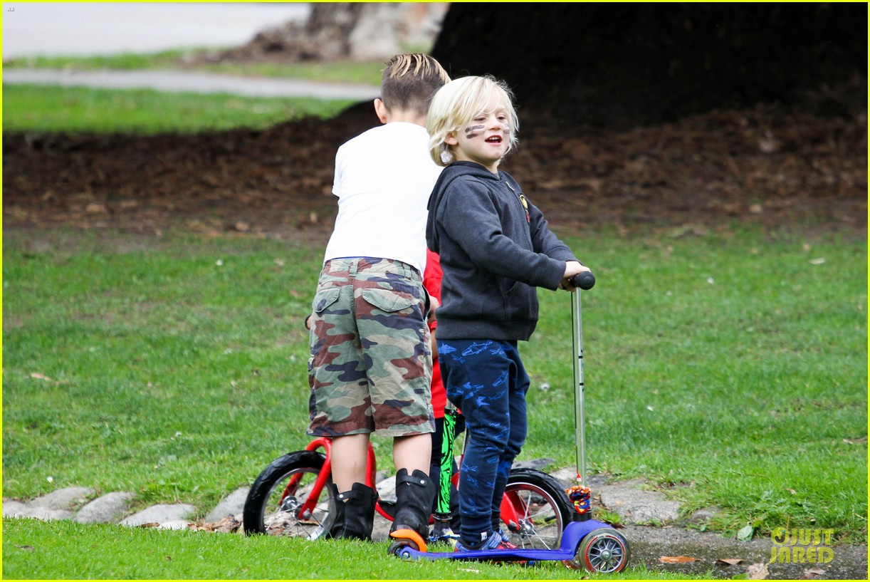 gwen stefani gavin rossdale scootering with the boys 20
