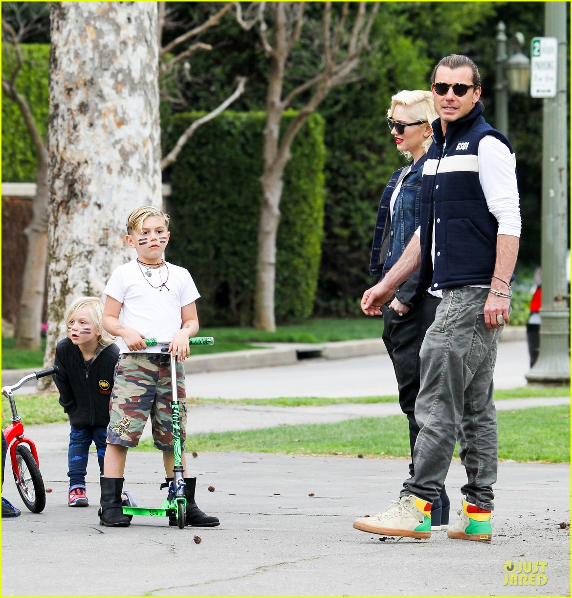 gwen stefani gavin rossdale scootering with the boys 222804924
