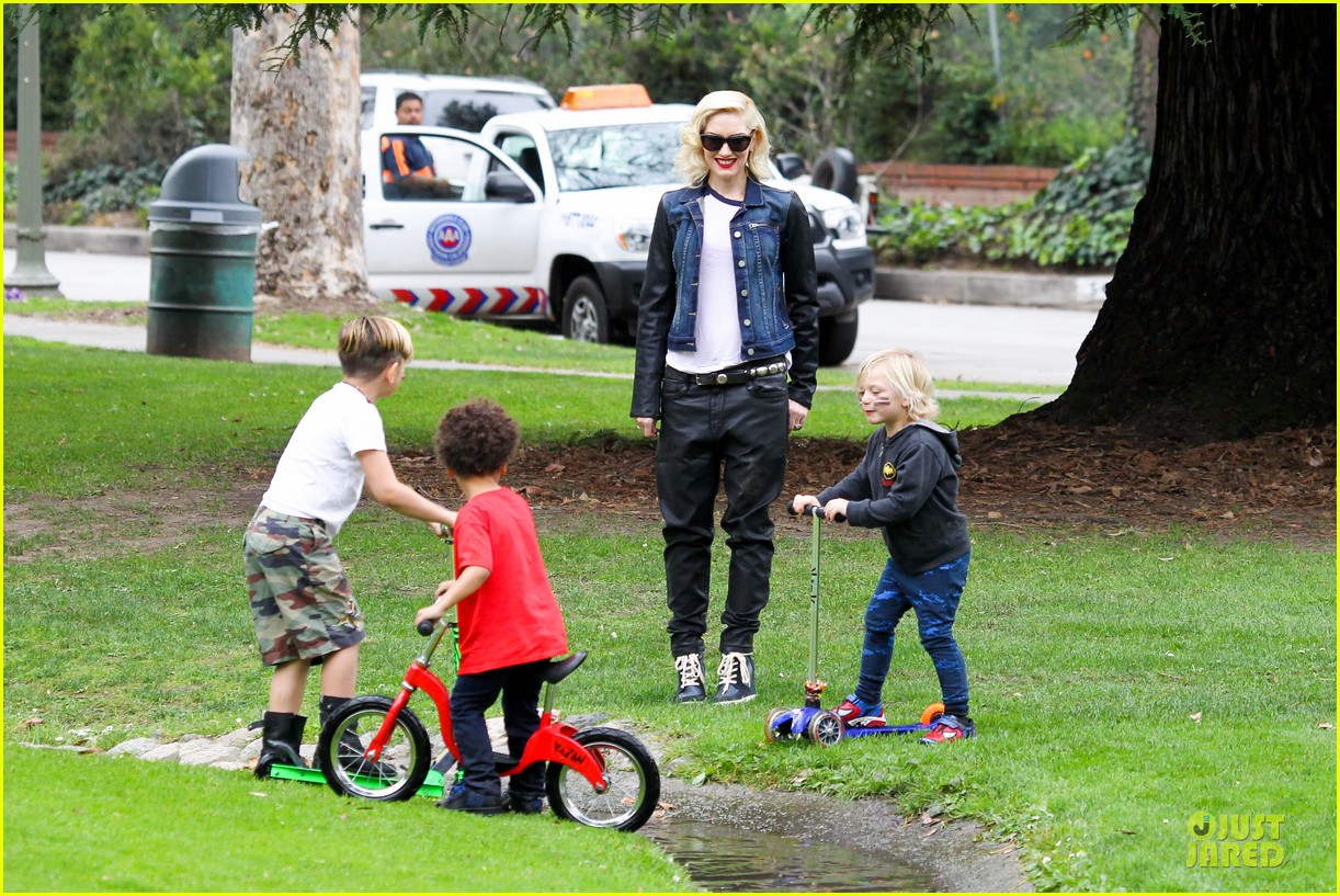 gwen stefani gavin rossdale scootering with the boys 242804926