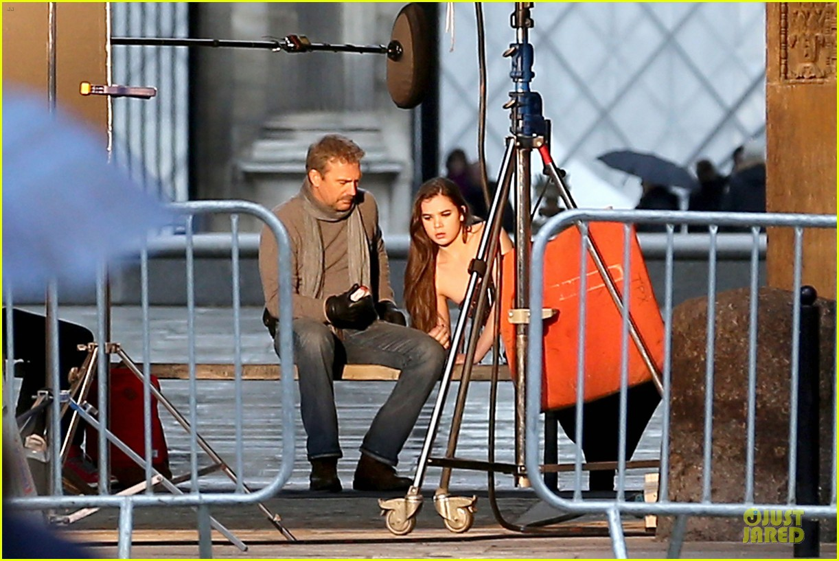 hailee steinfeld three days to kill set with kevin costner 012803182