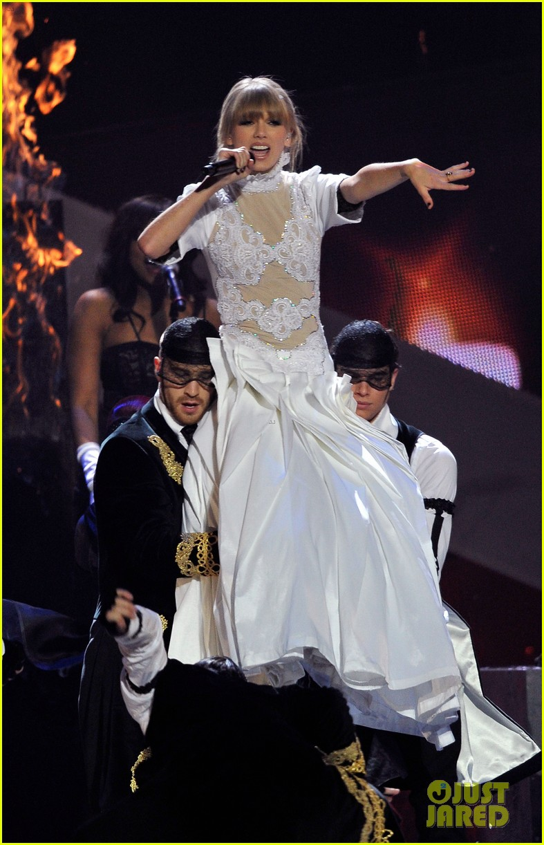 taylor swift brit awards 2013 performance watch now 02